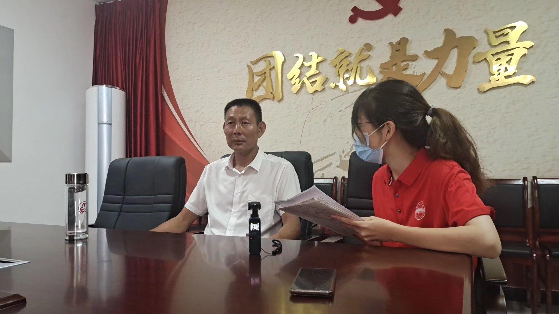图为队长胡梓婕向北庄村村支书封红卷提问。项泉智 摄