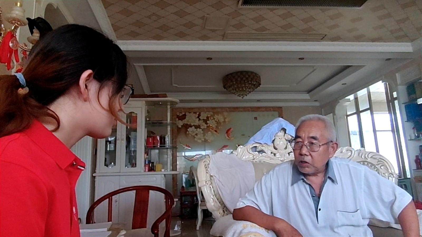 图为实践队倾听平山县前政协委员王全海老人的故事。项泉智 摄