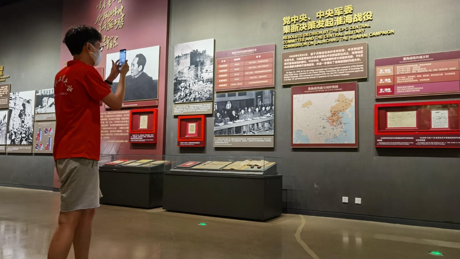 图为队员项泉智在江苏徐州带领队员线上参观淮海战役纪念馆。项泉智 供图