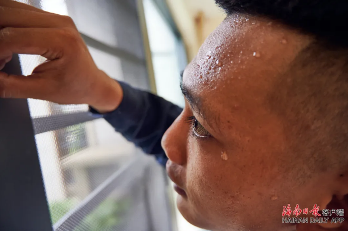 2从事家庭装修工作的黄俊玮,正在进行纱窗接缝安装检查。海南日报记者 封烁 摄
