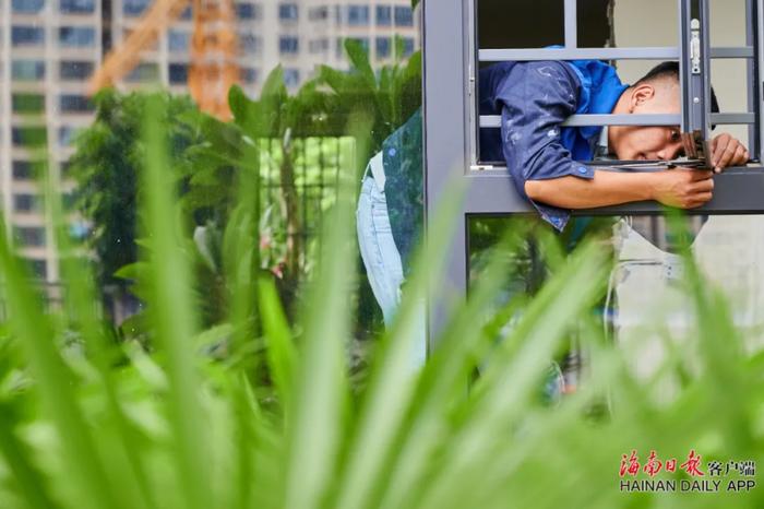 3黄俊玮在做门窗接缝安全检查。海南日报记者 封烁 摄