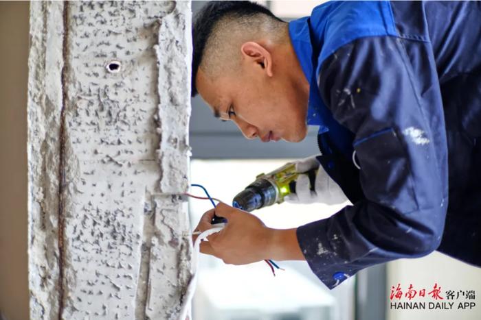4黄俊玮在进行电路开关安装工作。海南日报记者 封烁 摄