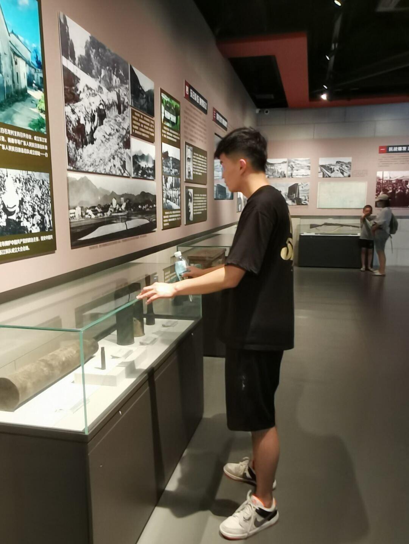 05图为实践队成员在参观中国文化名人大营救纪念馆。开封大学 张翔 提供