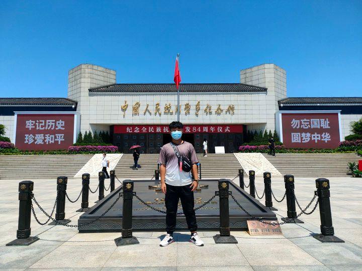 02图为实践队成员在中国人民抗日战争纪念馆前 。开封大学 张翔 提供